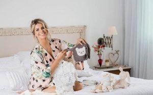 Reprodução/Revista Contigo! Karina Bacchi exibe roupinhas dos seu primeiro filho
